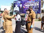 Wali Kota Tanjungpinang, Rahma Saat Memakaikan Masker Kepada Salah Satu Warga