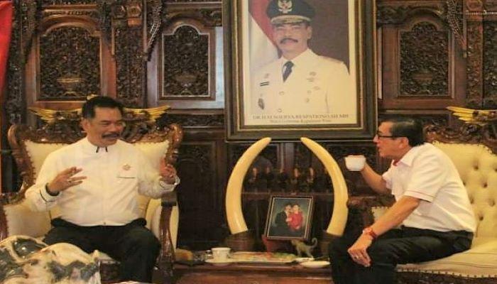 Calon Gubernur Kepri Nomor Urut 1, Soerya Respationo Saat Berbincang Dengan Yasonna