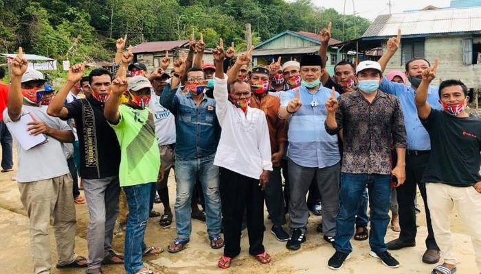 Calon Wakil Gubernur Kepri Nomor Urut 1, Iman Sutiawan Saat Foto Bersama Warga Pulau Kasu