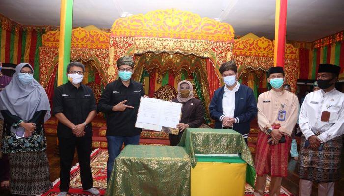 Foto Bersama Usai Penandatanganan Berita Acara Serahterima Taman Bacaan Masyarakat di Pulau Penyengat