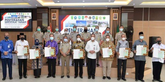 Foto bersama usai penyerahan sertifikat tanah aset daerah