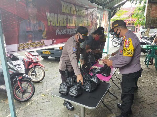 Kapolsek Tanjungpinang Timur AKP Firruddin saat menyiapkan makanan di Dapur Umum