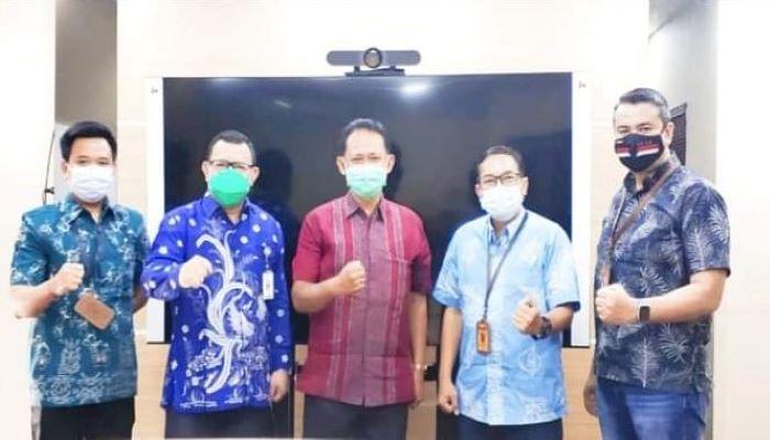 Kepala Dinas Kominfo Kota Batam Azril Apriansyah Foto Bersama Rombongan Kemen PAN RB