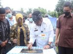 Menteri Pertanian RI, Dr. H. Syahrul Yasin Limpo Saat Menandatangani batu Prasasti