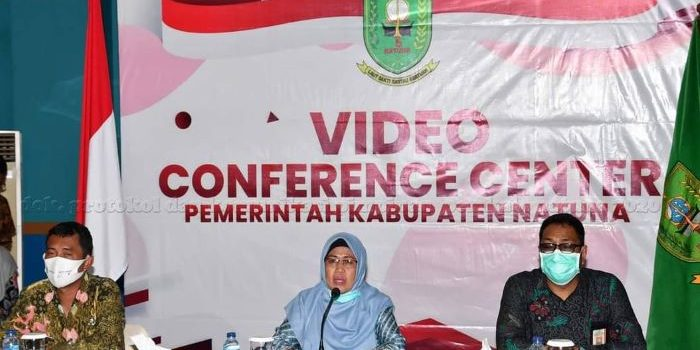 Ngesti Yuni Suprapti didampingi oleh Kadisdukcapil, Ilham Kauli dan Staf Ahli Bidang Kemasyarakatan dan Sumberdaya Manusia, Muhammad Alim Sanjaya
