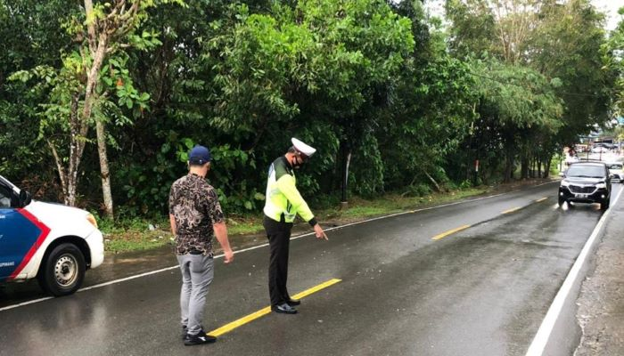 Petugas Unit Laka Polres Tanjungpinang Saat Olah TKP Kecelakaan di Batu 8 Atas