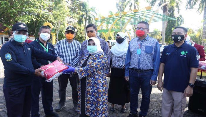 Plt Walikota Tanjungpinang, Rahma Menyerahkan Bantuan
