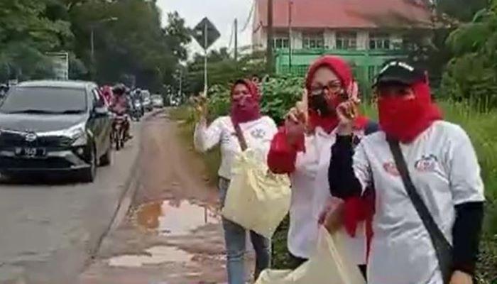 Relawan Perempuan BerSinergi Saat Turun ke Jalan