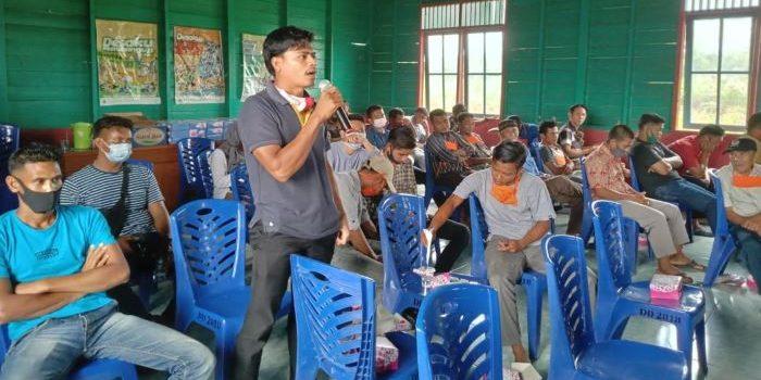 Salah satu warga Desa Binjai saat menyampaikan pendapat
