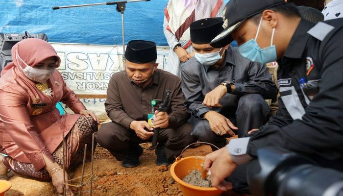 Wali Kota Tanjungpinang, Rahma Saat Meletakkan Batu Pertama Bedah Rumah Warga
