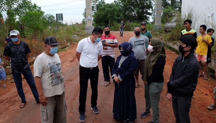Wali Kota Tanjungpinang, Rahma Saat Meninjau Jalan Rusak di Perumahan Merpati Putih