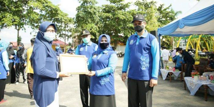 Wali Kota Tanjungpinang, Rahma Saat Menyerahkan Penghargaan