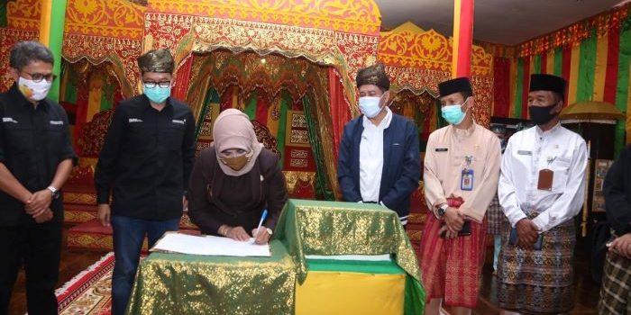 Wali Kota Tanjungpinang, Rahma Saat menandatangani berita acara penyerahaan taman bacaan masyarakat Pulau Penyengat