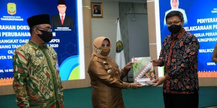 Wali Kota tanjungpinang, Rahma Saat menyerahkan DPPA SKPD