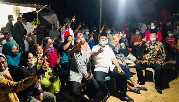Calon Wakil Gubernur Kepri Nomor Urut 1, Iman Sutiawan Saat Foto Bersama Warga