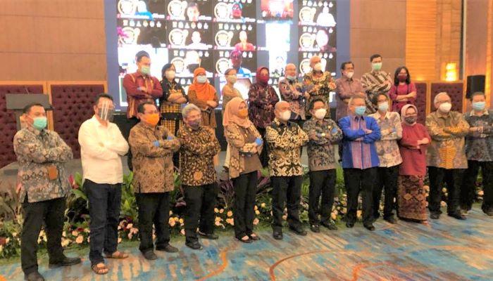 Foto Bersama Usai Acara Penghargaan Raksa Nugraha Indonesia Consumer Protection Award