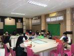 Sekretaris Dinas DP3APM Dra. lindawati membuka webinar yang diselenggarakan forum anak kota tanjungpinang