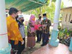 Kepala dinas pemberdayaan perempuan, perlindungan anak dan pemberdayaan masyarakat Kota Tanjungpinang Hj. Raja Khairani melakukan pengguntingan pita bersama asisten pemerintahan dan Kesra Tamrin Dahlan sebagai pertanda rumah siaga anak siap difungsikan