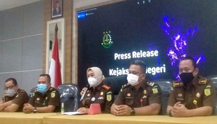 Kepala Kejaksaan Negeri Tanjungpinang, Ahelya Bustam Beserta Jajarannya Saat Konferensi Pers Penetapan Tersangka Dugaan Kasus Korupsi BPHTB