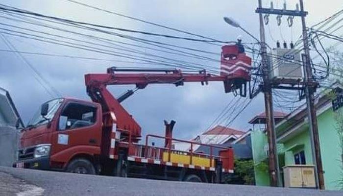 Salah Seorang Petugas Saat Melakukan Perbaikan Lampu Penerangan Jalan Umum