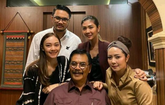 Calon Gubernur Kepri Nomor Urut 1, Soerya Respationo Saat Foto Bersama Keluarga