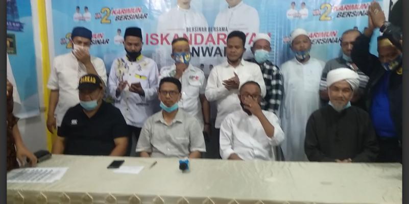 Iskandarsyah dan Anwar Abubakar Bersama Timses Serta Relawan Saat Konferensi Pers