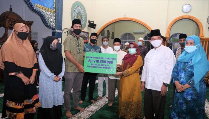 Wali Kota Tanjungpinang, Hj Rahma Saat Menyerahkan Bantuan