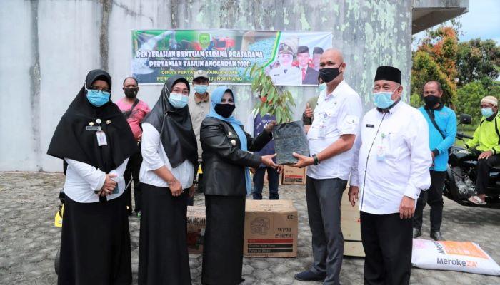 Wali Kota Tanjungpinang, Hj Rahma Saat Menyerahkan Bibit Tanaman Kepada Lurah Air Raja, Asaat Siregar