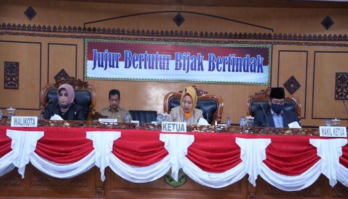 Wali Kota Tanjungpinang, Rahma Bersama Ketua DPRD Tanjungpinang, Yuniarni Pustoko Weni dan Wakil Ketua II DPRD Kota Tanjungpinang, Hendra Jaya Saat Paripurna