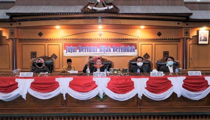 Wali Kota tanjungpinang, Rahma Bersama Unsur Pimpinan DPRD Tanjungpinang Saat Rapat Pengesahaan APBD 2021