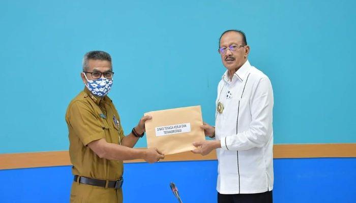 Bupati Natuna saat menyerahkan DPA Tahun 2021 ke Kepala Disnakertrans Natuna