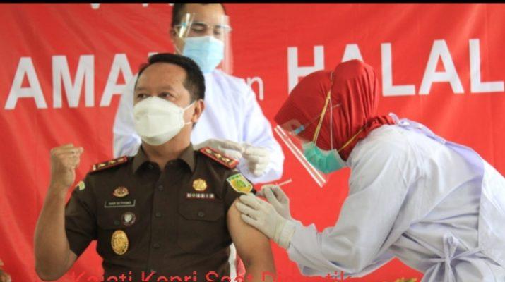 Kajati Kepri, Hari Setiyono SH.MH Saat Disuntikan Vaksin Covid 19