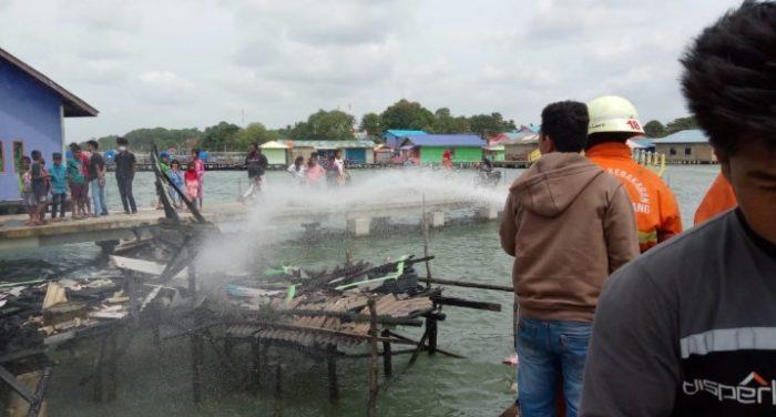 Petugas Saat Menyemprotkan Air di Lokasi Kebakaran