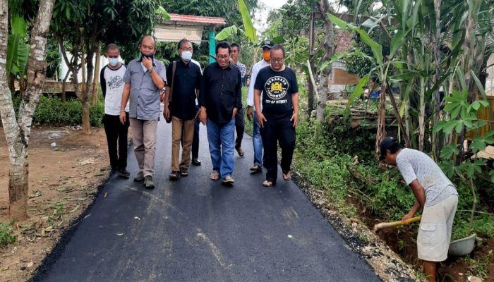 Ketua Umum SMSI Pusat, Firdaus Bersama Rombongan Saat Meninjau Lokasi Pengerjaan Jalan