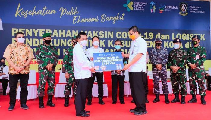 Sekda Provinsi Kepri, Arif Fadilah Saat menyerahkan Vaksin Covid 19