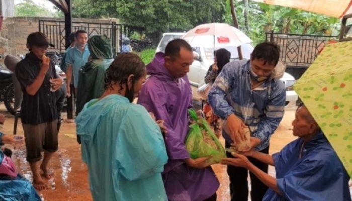 Wakil Ketua II DPRD Kota Tanjungpinang, Hendra Jaya Saat Membagikan Makanan