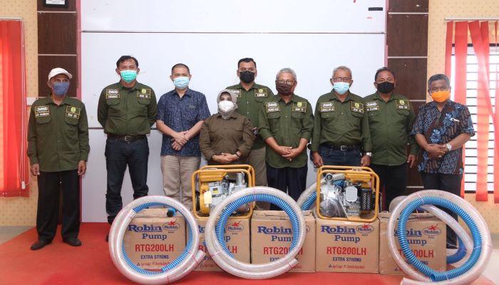 Wali Kota Tanjungpinang, Rahma Foto Bersama Usai Penyerahan Bantuan Mesin Air Robin