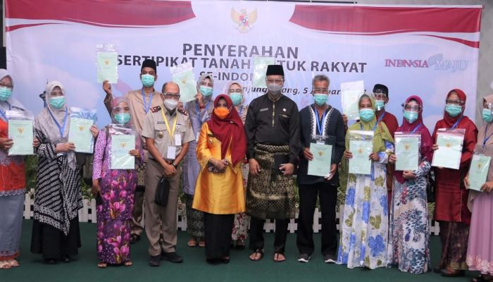 Wali Kota Tanjungpinang, Rahma Foto Bersama Warga Penerima Sertifikat Tanah