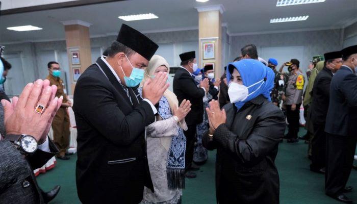 Wali Kota Tanjungpinang, Rahma Saat Memberikan Selamat Kepada 13 Pejabat Tinggi Pratama Yang Baru DIlantik