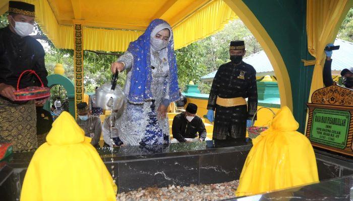 Wali Kota Tanjungpinang, Rahma Saat Menyiram Air Bunga ke Makam Leluhur