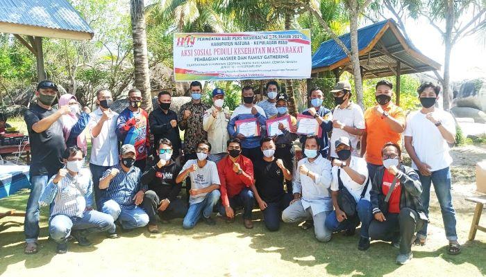 Foto bersama usai pembagian masker secara simbolis