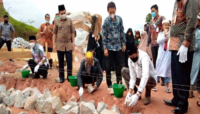 Hendra Kusuma saat meletakkan batu pertama