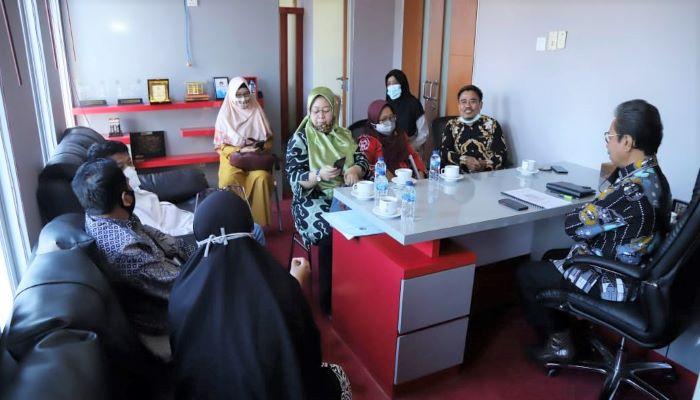 Ketua DPRD Kepri, Jumaga Nadeak Saat Pertemuan Dengan KPPAD Kepri dan KPAI