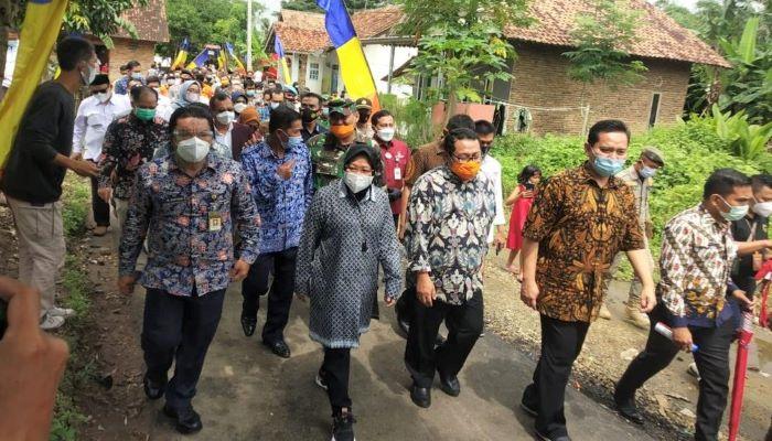 Menteri Sosial, Tri Rismaharini Bersama Rombongan SMSI Saat Menuju Lokasi Peresmian Pembangunan Jalan