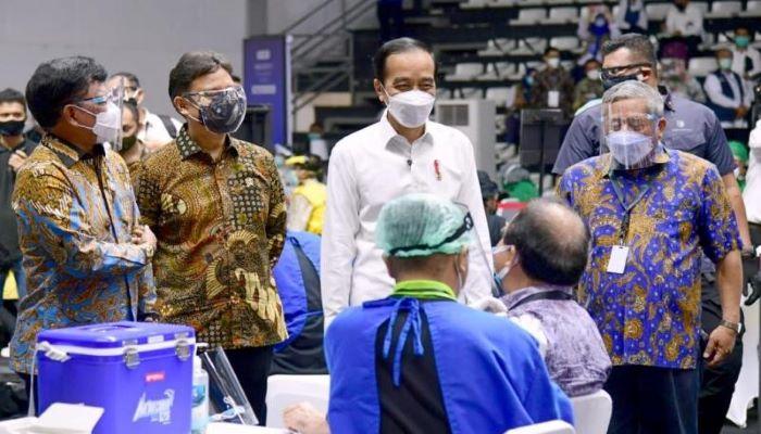 Presiden Joko Widodo Saat Meninjau Pelaksanaan Vaksinasi kepada Insan Pers
