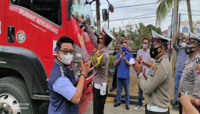 Staf Supervisor PT Pertamina Patra Niaga Batam Kepri, Asriandy Usai Mendampingi Kasatlantas Polres Bintan Menempelkan Stiker di Mobil Tangki