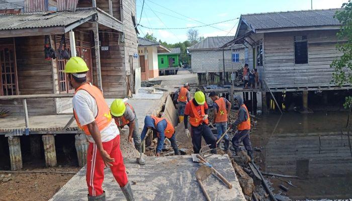 Para Pekerja Saat Memperbaiki Pelantar Roboh di Gang Selayar
