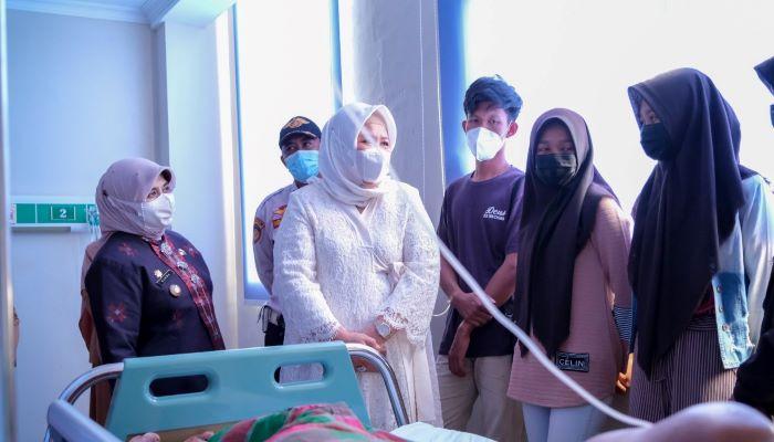 Wakil Gubernur Kepri, Marlin Agustina Bersama Wali Kota tanjungpinang, Rahma Saat Mengunjungi Pasien di RSUP