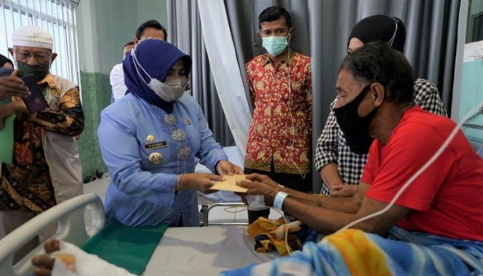 Wali Kota tanjungpinang, Rahma Saat Memberi Bantuan Kepada Korban Lakalantas