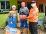 BPBD Tanjungpinang Saat Menyerahkan Bantuan ke Korban Angin Puting Beliung